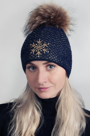 Tmavě modrá dámská zimní pletená čepice s pravou kožešinovou odepínací bambulí a zlatou vločkou