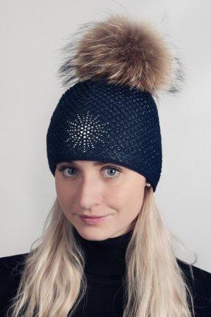 Tmavě modrá dámská zimní pletená čepice s pravou kožešinovou odepínací bambulí a stříbrnou vločkou