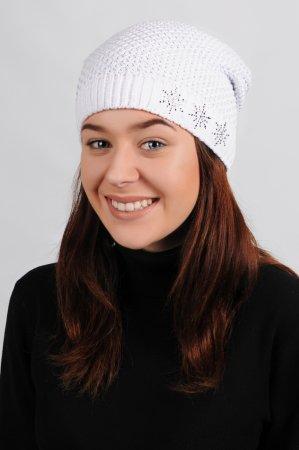 Bílá dámská zimní prodloužená pletená čepice se  stříbrným lurexem