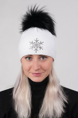 Bílá dámská zimní pletená čepice s pravou kožešinovou odepínací bambulí v černé barvě