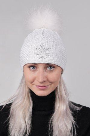 Bílá dámská zimní pletená čepice s pravou kožešinovou odepínací bambulí v bílé barvě