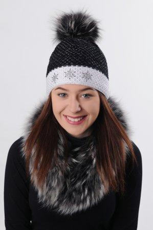 Černá dámská zimní pletená čepice s bílým proužkem a s pravou kožešinovou odepínací bambulí