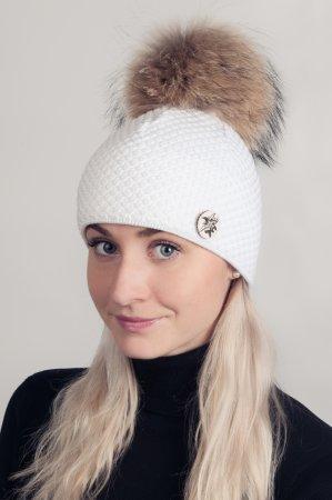 Bílá dámská zimní pletená čepice s pravou kožešinovou je ozdobena broží alpinka a odepínací bambulí v přírodní barvě