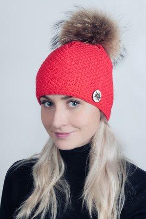 Červená dámská zimní pletená čepice s broži a pravou kožešinovou bambulí