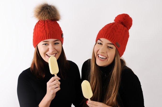 Červený dámský exkluzivní pletený set dvou čepic