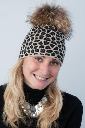 Béžová dámská zimní pletená čepice s leopardím vzorem a s pravou kožešinovou bambulí v přírodní barvě