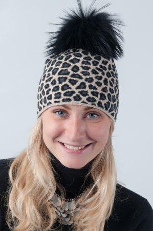 Béžová dámská zimní pletená čepice s leopardím vzorem a pravou kožešinovou bambulí v černé barvě