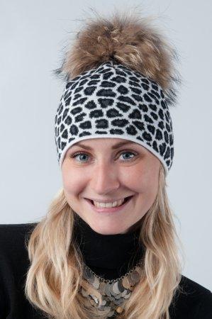 Bílá dámská zimní pletená čepice s leopardím vzorem a pravou kožešinovou bambulí v přírodní barvě