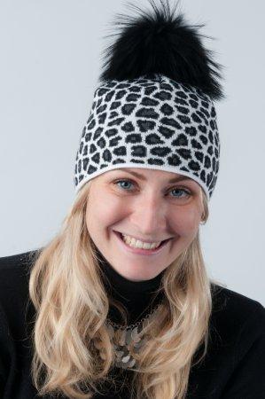 Bílá dámská zimní pletená čepice s leopardím vzorem a pravou kožešinovou bambulí v černé barvě