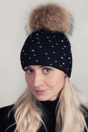 Černá dámská zimní pletená čepice se zlatým žakárovým vzorečkem kostiček a pravou kožešinovou odepínací bambulí