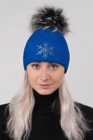 Jasně modrá dámská zimní pletená čepice s pravou kožešinovou odepínací bambulí
