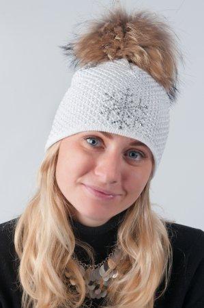 Bílá dámská zimní pletená čepice s pravou kožešinovou odepínací bambulí v přírodní barvě