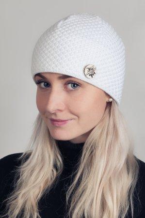 Bílá dámská zimní pletená čepice s broží