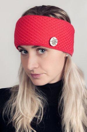 Červená dámská zimní pletená čelenka s broží