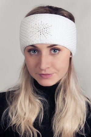 Bílá dámská zimní pletená čelenka se stříbrnou nitkou a s kamínky