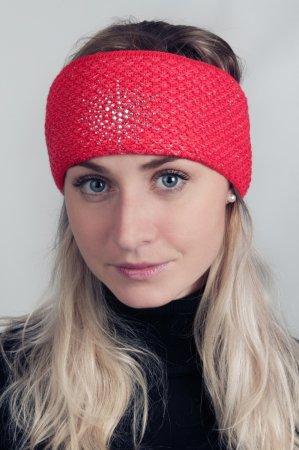 Červená dámská zimní pletená čelenka se stříbrnou nitkou a kamínky